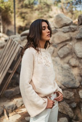 suéter Alessandra está tejido por artesanos en Lima y bordado a mano. Está hecho de hilo de algodón tanguis 100% peruano. *PRE ORDEN (15 Días)  Busto Cintura 102 108