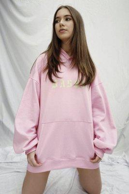 Polera Oversized con estampado estilo vestdo. Tela : Franela perchada 100% algodón  Medidas: XS/SM  Busto Largo  108 cm 73 cm  108 cm 74 cm