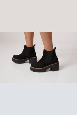 Suede (Material parecido a la gamuza pero especial para calzado)  Plataforma delantera 5 cm Plataforma trasera 7 cm  La horma es exacta, en esta marca serías la misma talla que usas normalmente.