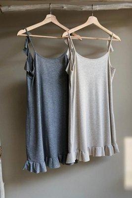 Vestido de tiritas con bobos en basta y espalda. 100% algodón pima.