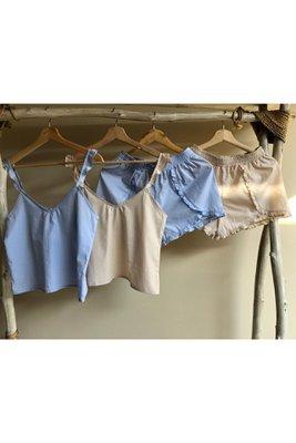 Set de 2 piezas. Blusa de tiritas con bobos. Short plizado con bobos en la basta. 100% algodón pima plano.