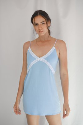 Vestido de pijama en algodón viscosa, para mayor frescura, con detalles de encaje blanco y tiras lilas regulables