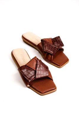 Sandalias nudo de cuero liso con croco negro