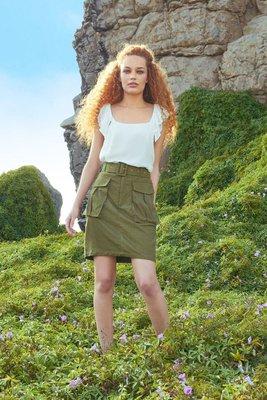 Nenúfar es una minifalda con bolsillos sueltos delanteros.  Es una falda elegante y casual a la vez elaborada de Cotton Lino.  Además, está acompañada con una correa forrada de la misma tela.    Medidas:  Talla S:  Cintura: 68 a 73 cms  Cadera: 88 a 91 cms  Largo: 46 cms    Talla M:  Cintura: 74 a 77 cms  Cadera: 92 a 101 cms  Largo: 47 cms    Talla L:  Cintura: 78 a 82 cms  Cadera: 102 a 105 cms  Largo: 51 cms