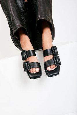 Sandalias con 2 hebillas forradas en cuero negro.  Material: capellada: cuero natural y forro: badana natural  La horma es exacta, es la talla que usas normalmente.