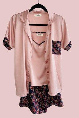 Pijama de 3 piezas: Short, Polo tiritas ajustables y Camisa manga corta.