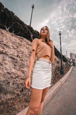 Top tejido a base de algodón con cuello en V.  Si eres una talla S o M te quedará bien.  Puedes usarlo con un pantalón o falda a la cintura porque es un topcorto.