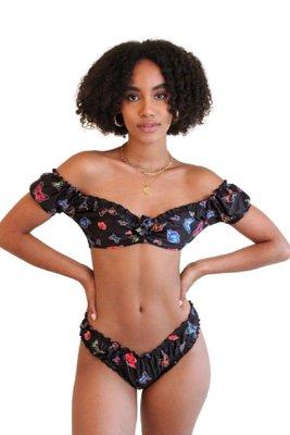 Bikini con print de mariposas con Top off shoulder y bottom a la cintura.