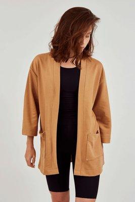 Sweater estilo saco elaborado en 100% algodón French terry. Silueta oversized, hombros caídos, mangas muy holgadas e infaltables bolsillos.  Talla única  Largo delantero: 80 cms  Largo espalda: 80cms  Ancho pecho: 104 cms  Ancho espalda: 54cms