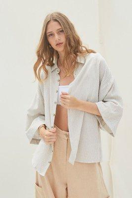 Camisa oversized con cuello y botones frontales.  Mangas anchas a 3/4.  Estilo 'boyfriend'  Material: 50% Lino – 50% Algodón.