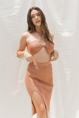 Set de top y falda tejida con elástico en la cintura y abertura en punto acanalado en hilo tacto algodón.