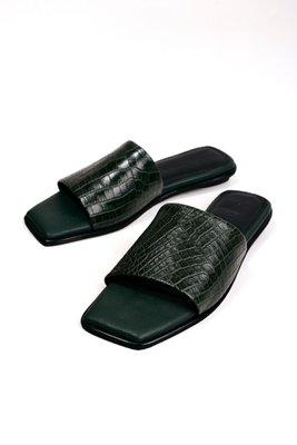 Sandalias con una franja de cuero croco verde. Tiene taco de 1,5cm  CAPELLADA: CUERO NATURAL / FORRO: BADANA NATURAL