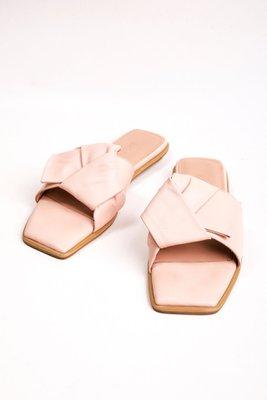 Sandalias con un nudo de cuero liso color rosa. Tiene taco de 1,5cm  CAPELLADA: CUERO NATURAL / FORRO: BADANA NATURAL