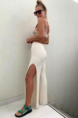 Pantalón tejido con aberturas laterales. Diseño a la cintura, pretina elástica. Material: Hilo algodón.  Cintura:63-75 cm Cadera:92-95 cm Largo: 99 cm