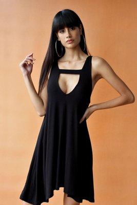 Vestido sin mangas de silueta fluida. Detalles: • Escote en V profundo delantero • 95 % fibra natural – 5 % viscosa