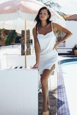 vestido mini de lino strech con tiras en los hombros y abertura adelante
