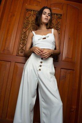 Palazzo ideal para el verano, super fresco, cómodo y versátil en 100% rayón, con botones funcionales, bolsillos laterales y traseros para evitar que trasluzca. Cede 2cm en cintura.  Medidas:  S: cintura (68 cm) cadera (98 cm) largo (88 cm)  M: cintura (72cm) cadera (102cm) largo (88.5 cm)  L: cintura (76 cm) cadera (106cm) largo (89cm)