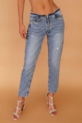 Este jean tiene un cierre delante que va hasta la parte de atrás de la prenda.  Es un modelo pequeño, por lo que te segurimos pedir una talla más de la que eres normalmente.  Talla disponibles: 26, 28, 30 y 32  El jean no tiene bolsillos en la parte de atrás, es solo diseño lo que se ve en la imagen.
