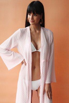 Kimono de silueta maxi relajada de manga larga. Detalles: • Cuello estilo solapa. • Cierre de corbata en la cintura. • Material: Gasa