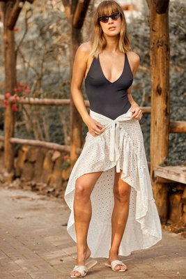 Puedes encontrar nuestra falda best seller en 4 colores, acompaña tus días de playa o piscina con esta falda tan fresca y comoda.