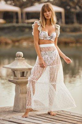 La falda más sexy y trendy que encontrarás, nuestra falda Taissa es ideal para darle un look con mucha onda a tus días de playa, la encuentras en blanco ivory y negro.