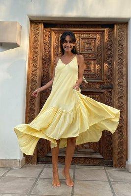El vestido Isabella es de lino y viene con forro y tiras para amarrar en los hombros. Es súper fresco, cómodo y romántico. Excelente para cualquier ocasión