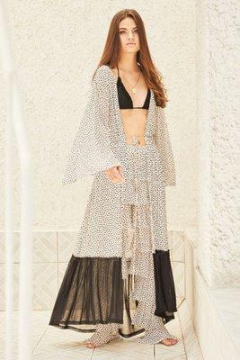 Kimono largo de tela muy suave al tacto.  Perfecto para la playa o si quieres complementar con un jean y un top.