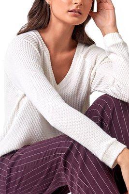 T- shirt manga larga:  75% viscose 21% polyester 4% elastane  Tela tipo tejido de punto  Cuello V  Pant:  100% cotton  Con diseño de rayas  Pretina elástica  Detalle de abertura en la basta