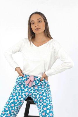 Pijama de 100% algodón, compuesto de polo y pantalón. La parte de abajo cuenta con bolsillos laterales, corte tipo jogger y lazo de seda. El estampado es exclusivo de la marca  PARTE DE ARRIBA  Largo: 55 cm Busto 90 cm Cintura: 84 cm  PANTALÓN  Cadera: 60 cm, cede hasta 86 cm Largo: 98 cm