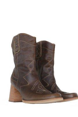 Estas botas estilo cowboy tienen como punto de inspiración el volcán Misti. Buscamos crear unas vaqueras diferentes con punta cuadrada y con un taco con un tamaño perfecto para el uso del día a día. Además, quisimos posicionar nuestro icónico logo y rombos acolchonados en distintas partes de las botas. botas 100% de cuero por dentro y por fuera  7cm de alto de taco  La horma es exacta, en esta marca serías la misma talla que usas normalmente.      Talla CM aproximado Alto de caña 36 24.8 cm 25 cm 37 25.4 cm 25 cm 38 26 cm 25 cm 39 26.7 cm 25 cm