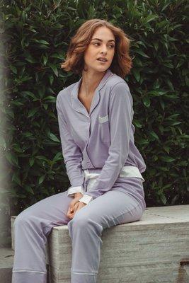 ¡Best-seller! Pijama de algodón pima premium con detalles en seda. Cuidados: no usar secadora, lavar con agua fria. La correa de seda es removible.