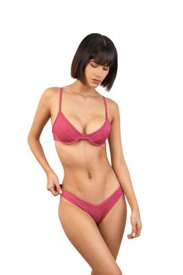Nuestro bikini tropical cuenta con una tela texturizada, el Topes ajustable no cuenta con copas pero si con varillas para dar el soporte y efecto necesario yel Bottom es en corte V.  - Material -  78% Nylon  22% Elaslane  La modelo está utilizando talla S