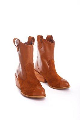 Tiempo de entrega: 7 dias  Botines vaqueros cortos de cuero camel con gamuza. Tiene un taco de 5cm  CAPELLADA: CUERO NATURAL / FORRO: BADANA NATURAL