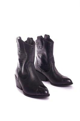 Tiempo de entrega: 7 dias  Botines vaqueros cortos de cuero negro con cuero croco. Tiene un taco de 5cm  CAPELLADA: CUERO NATURAL / FORRO: BADANA NATURAL