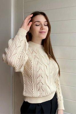 Esta chompa tejida trenzada es preciosa y perfecta para este clima. Detalles: Chompa tejida en hilo de algodón. Diseño de trenzas unico. Chompa gruesita, perfecta para este clima. Colores: Camel, hueso y negro. Sujeto a stock.