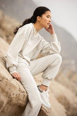 Set de loungewear en material french terry, 100% algodón, top crop y mangas abullonadas y pantalón estilo jogger. Estura 15 cms en cintura.  Talla S: ancho de pecho (53 cm) cadera (90 cm) largo pantalón (97 cm)  Talla M: ancho de pecho (54cm) cadera (91cm) largo pantalón (97 cm)  Talla L: ancho de pecho (56cm) cadera (93cm) largo pantalón (98cm)