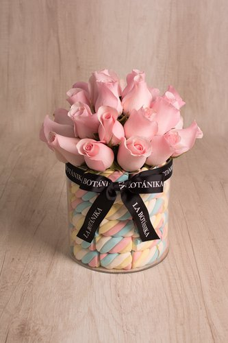 Exclusiva base circular + 24 Rosas + Marshmallows.Medidas: 17cm x 17cm