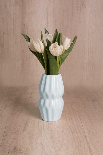 Florero de cerámica + 5 tulipanes  Medidas del florero: 17 cm x 12 cm  *Tulipanespodríanpresentar uncolor verdoso los primeros diascomo signo de frescura. Utilizamos botonesrecien cortados para disfrutarel maximo tiempo de vida de estas preciosasflores.
