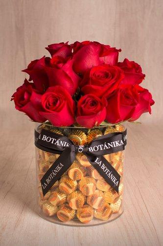 Base circular transparente rellena de 80/85 Reeses importados (mantequilla de maní) + 21/25 rosas.  Medidas: 17cm x 17cm