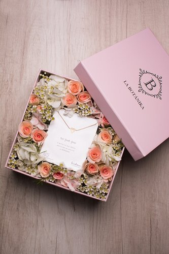 Caja rosada + 12/16 rosas + Mix de flores + Pulsera Diamante de plata bañado en oro 18K.   Medidas: 20cm x 20cm.