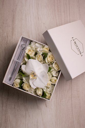 Caja blanca + Mix de flores (Orquídea, mini rosas, Hortensia, etc) + Lapicero de diamante.  Medidas: 17cm x 17 cm