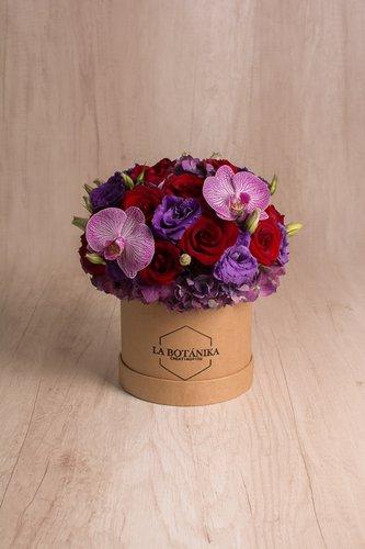 Caja redonda de material ecológico reciclado + 12/18Rosas + 2 Flores de orquidea + Mix de Flores  Medidas: 15cm x 15cm  *Color de orquideas podría variar.