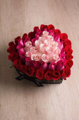 Caja negra en forma de corazón + 60 rosas.  Medidas: 30cm x 32cm