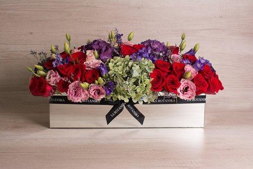 Base rectangular revestida de espejo + 36 rosas rojas + Mix de flores (Hortensias, Lisianthus, Silver dollar, etc)  Medidas: 51cm x 18 cm  *Flores de temporada podrían ser reemplazadas por otras similares.