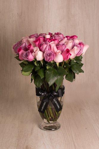 Florero de vidrio + 70/75 Rosas lilas, rosadas y fucsias.  Medidas florero: 45cm x 23cm