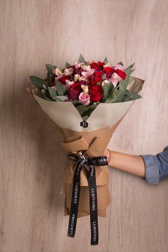 12 Rosas rojas + 12 Rosas titanic + Rosas amorosas.  *Flores de temporada podrían ser reemplazadas por otras similares.