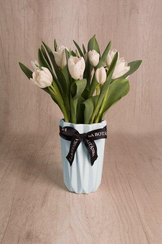 Florero de cerámica celeste + 10 tulipanes  Medidas florero: 12cm x 19cm  *Tulipanes podrían presentar uncolor verdoso los primeros dias como signo de frescura. Utilizamos botonesrecien cortados para disfrutarel maximo tiempo de vida de estas preciosasflores.