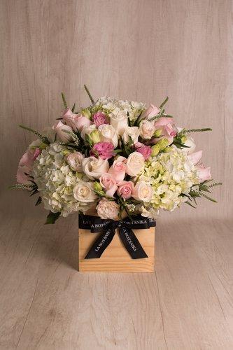 Cubo de madera + 50 Rosas + Mix de Flores.  Medida base: 20cm x 20cm.