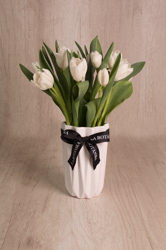 Florero de cerámica blanca + 10 tulipanes.  Medidas florero: 12cm x 19 cm  *Tulipanespodríanpresentar uncolor verdoso los primeros diascomo signo de frescura. Utilizamos botonesrecien cortados para disfrutarel maximo tiempo de vida de estas preciosasflores.