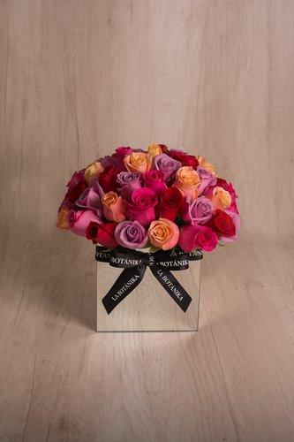 Cubo revestido de espejo + 54/61 Rosas.  Medida base: 18cm x 18cm.